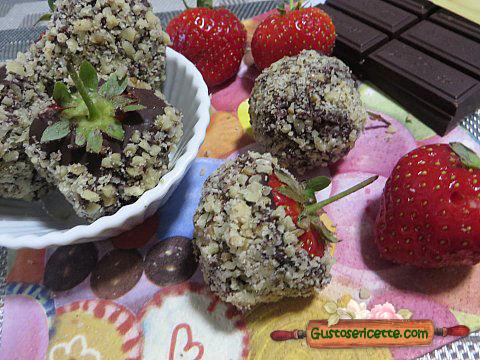 Fragole ricoperte cioccolato e nocciole