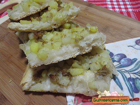 Pizza con patate e sfrizzoli di maiale