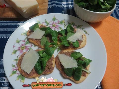 crostini pate d'oca valeriana parmigiano