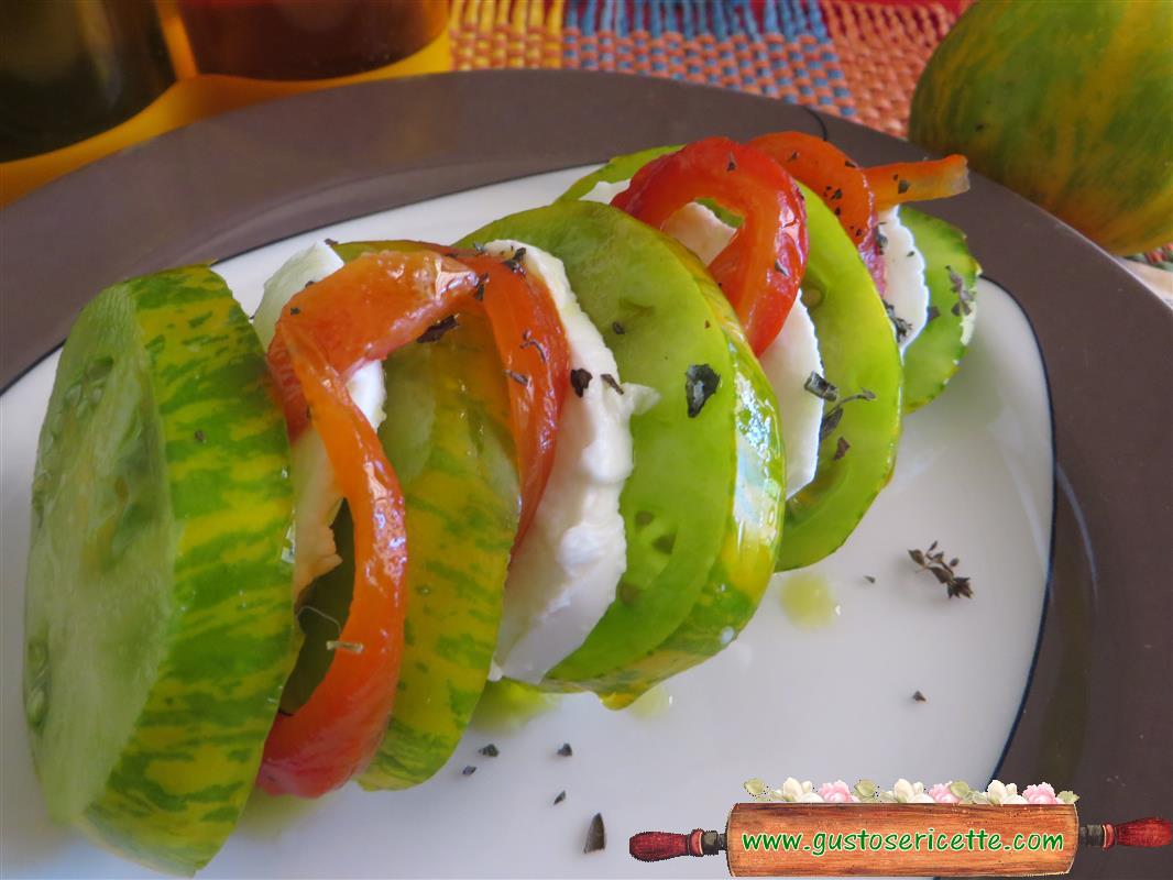 Caprese pomodori verdi e peperoni arrostiti
