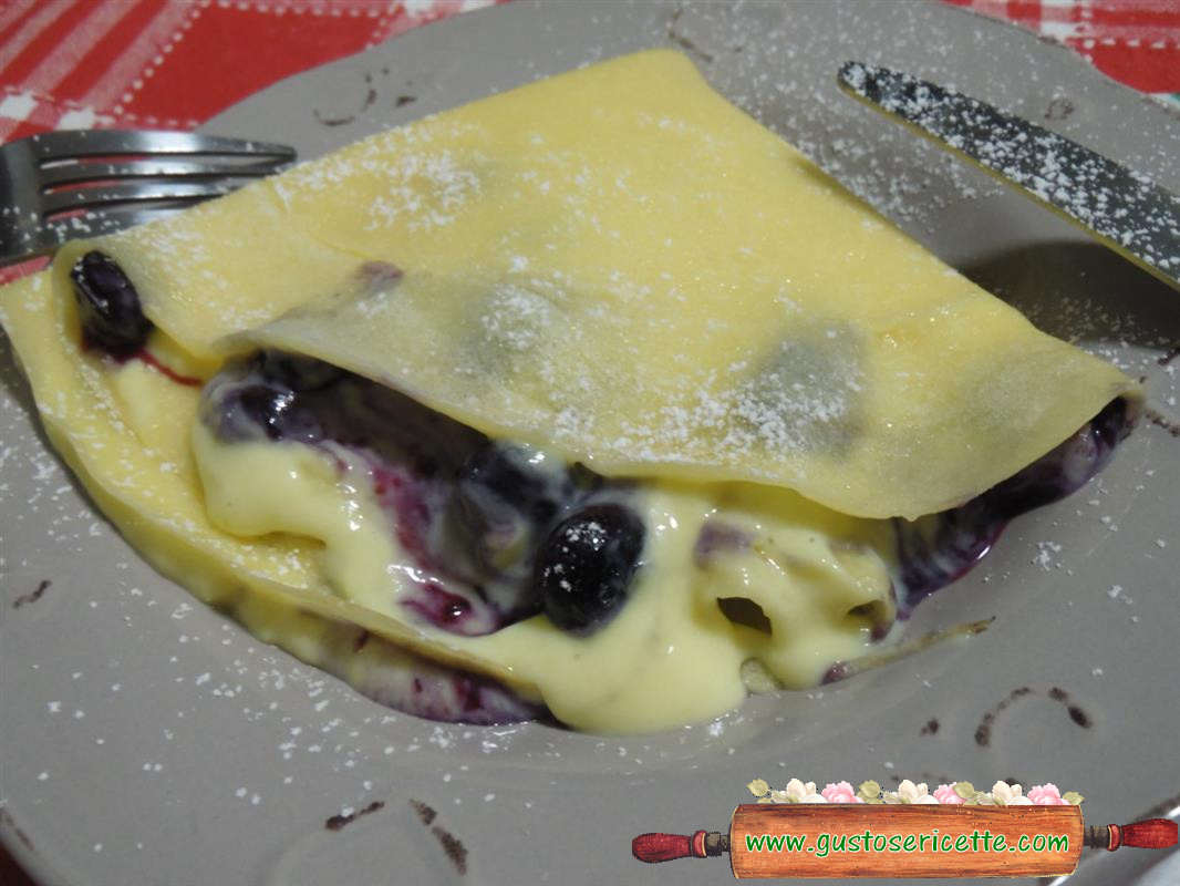 Crepes dolci con crema e mirtilli