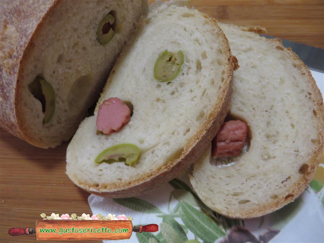 Pane arrotolato con wurstel e olive verdi