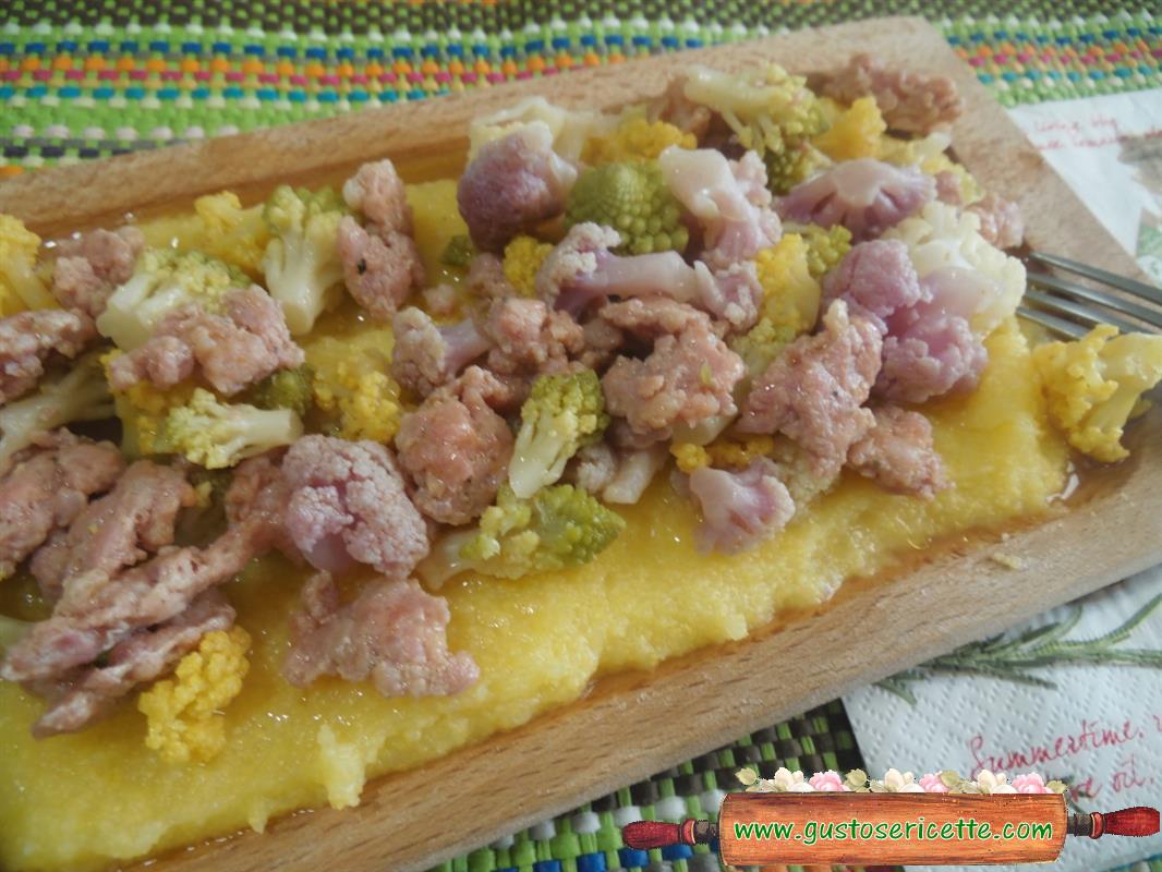 Polenta con salsiccia e cavolfiori colorati